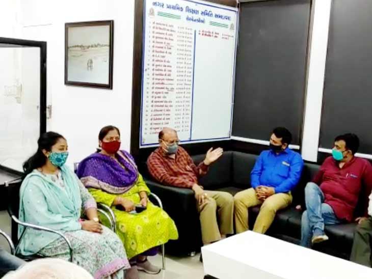 અમદાવાદ મ્યુનિસિપલ કોર્પોરેશન જેવી રાજકોટમાં સ્માર્ટ સ્કૂલ બનશે, સ્કૂલ બોર્ડની ટીમે મુલાકાત લીધી|અમદાવાદ,Ahmedabad - Divya Bhaskar