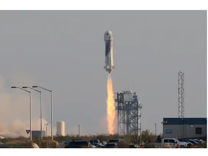 अंतरिक्ष में गए बेजोस रॉकेट को पश्चिम टेक्सास के रेगिस्तान में एक कार के अंदर बैठे कई लोगों ने देखा।