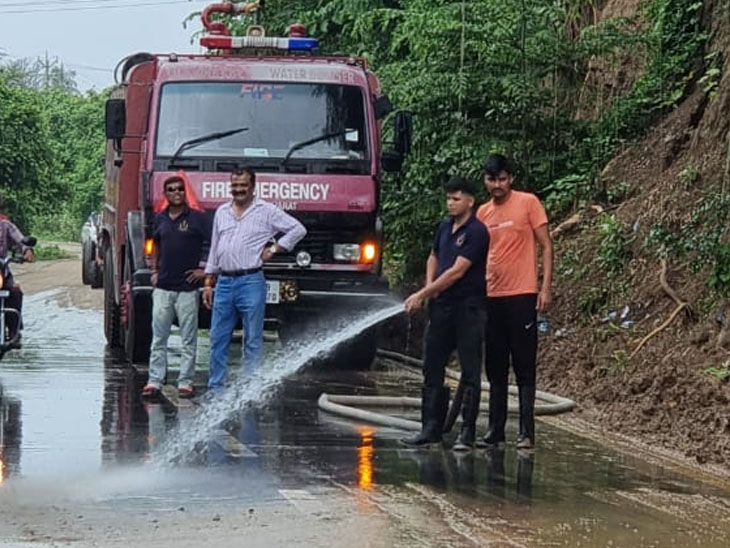 બારડોલીમાં માટીની ભેખડ રસ્તામાં ધસી પડતા, માર્ગ પર વાહનચાલકો સ્લીપ થયા|બારડોલી,Bardoli - Divya Bhaskar