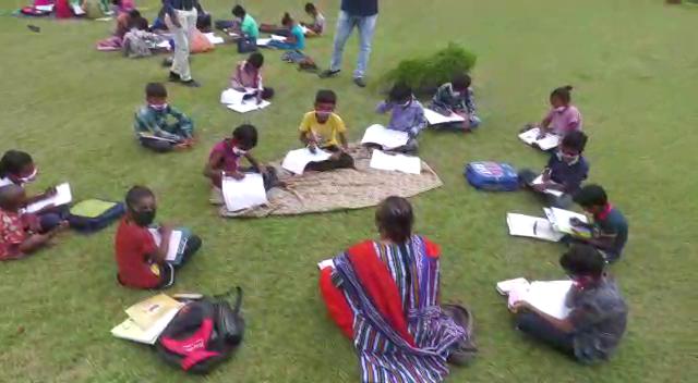 રાજકોટમાં મનપા સંચાલિત સ્કૂલોના શિક્ષકો બાળકોને બગીચામાં ખુલ્લા આકાશ નીચે, શેરીએ, લત્તામાં જઈને શિક્ષણ આપી રહ્યા છે|રાજકોટ,Rajkot - Divya Bhaskar