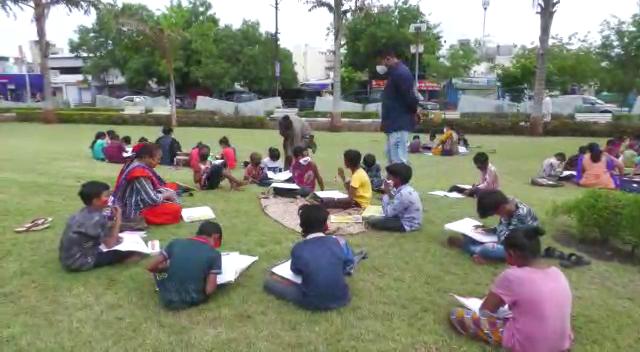 ખુલ્લામાં શેતરંજી પાથરીને બાળકોને ભણાવવાનું શરૂ કર્યું છે