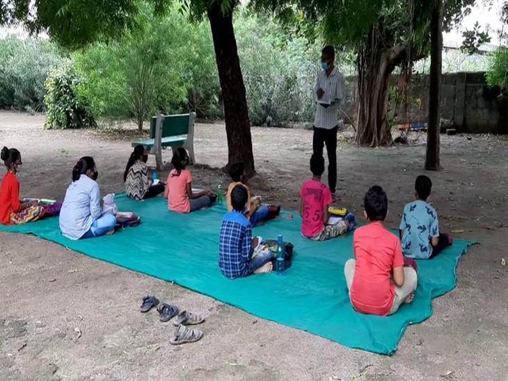 ધોરાજીમાં નાનીમારડ સ્કૂલના 40 શિક્ષક 450 વિદ્યાર્થીને મંદિર, ટ્રેકટરની ટ્રોલી, ફળિયામાં અને ખુલ્લા વગડામાં શિક્ષણ આપી રહ્યા છે|રાજકોટ,Rajkot - Divya Bhaskar