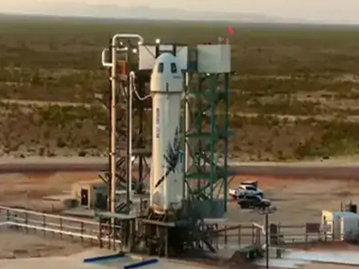 बेजोस ने ब्लू डेजर्ट के न्यू शेपर्ड रॉकेट से भारतीय समयानुसार शाम 6:42 बजे वेस्ट टेक्सास के रेगिस्तान में उड़ान भरी