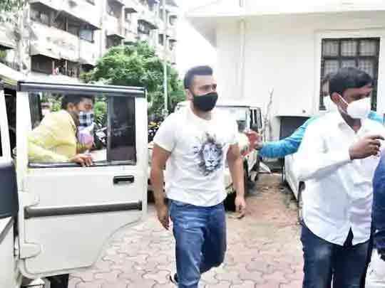 पुलिस के मुताबिक पोर्न रैकेट का मास्टरमाइंड राज कुंद्रा है।