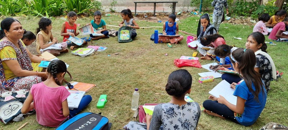 નગર પ્રાથમિક શાળા નંબર 22 આચાર્ય અને શિક્ષકો દ્વારા નવતર પ્રયોગ હાથ ધરવામાં આવ્યોસ્લમ વિસ્તારોમાં ફળિયા, ગાર્ડન અને ખુલ્લા પ્લોટમાં ઓફલાઈન શિક્ષણ શરૂ કરાયું|જામનગર,Jamnagar - Divya Bhaskar