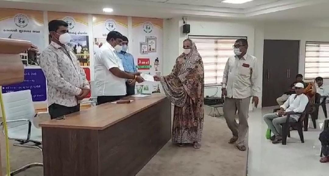 સુરેન્દ્રનગરની સુર સાગર ડેરી દ્વારા મૃત્યુ પામેલા સભાસદોને રૂ. 17.85 લાખના સહાયના ચેકો અપાયા - Divya Bhaskar