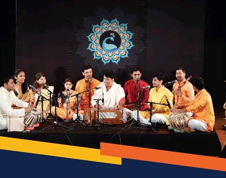 શાસ્ત્રીય સંગીતનો કાર્યક્રમ કરતા ચિન્મય વિશ્વ વિદ્યાલયના વિદ્યાર્થીઓ - Divya Bhaskar