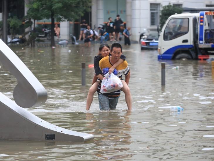 बाढ़ से लोगों को काफी परेशानी हुई है, शहर की कई सड़कें जलमग्न हो गई हैं