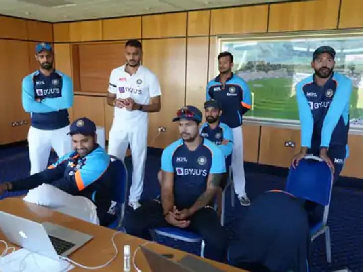 श्रीलंका के खिलाफ भारत की बल्लेबाजी देखते हुए रोहित, उमेश, हनुमा, अक्षर, मयंक, सिराज, रहाणे नजर आए.