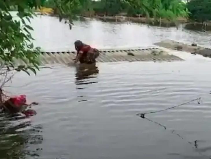 ગામમાં 500થી વધુ ઘરો પાણીમાં ડૂબી ગયા છે