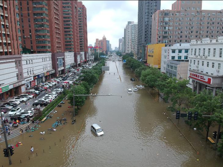 शहर की लाइन फाइव मेट्रो सुरंग में बारिश का पानी भर गया है, जिससे एक ट्रेन में कई यात्री फंस गए हैं।