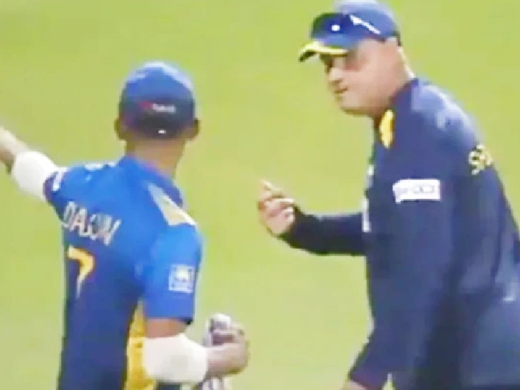 LIVE ટીવી પર કોચ મિકી આર્થર અને શ્રીલંકન કેપ્ટન શનાકા મેદાન પર જ ઝઘડી પડ્યા, જીતેલી મેચ હાર્યા હોવાથી બાખડ્યા ક્રિકેટ,Cricket - Divya Bhaskar