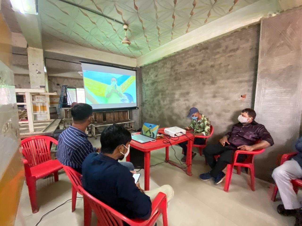 ઈસનપુરની હોટલમાં TMCના કાર્યકર્તાઓએ વર્ચ્યુઅલ કાર્યક્રમમાં ભાગ લીધો.