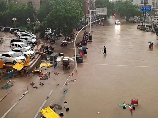 પૂરને કારણે લોકોને ઘણી સમસ્યાઓનો સામનો કરવો પડી રહ્યો છે. શહેરના અનેક રસ્તાઓ સંપૂર્ણપણે પાણીમાં ગરકાવ થઈ ગયા છે.