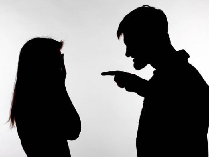 પતિ સહિત સાસરિયા વિરૂદ્ધ પરિણીતાએ મહિલા પોલીસ મથકે ફરિયાદ નોંધાવી(પ્રતિકાત્મક તસવીર) - Divya Bhaskar