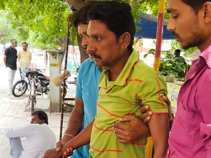 ગાંધી હોસ્પિટલમાં હડતાળ દરમિયાન 1 સફાઈ કામદારની તબીયત લથડી સુરેન્દ્રનગર,Surendranagar - Divya Bhaskar