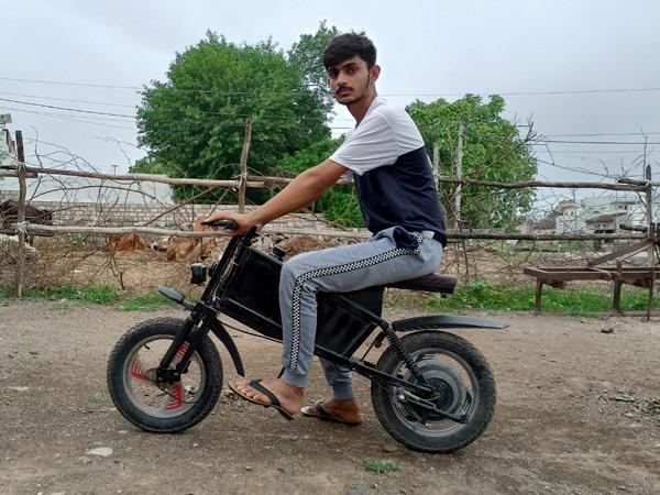 આસપાસના 50 કિલોમીટર વિસ્તારમાં જવા- આવવા પરિવારમાં તમામ લોકો આ બાઈકનો જ ઉપયોગ કરે છે. - Divya Bhaskar