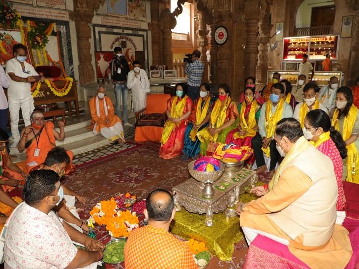 દ્વારકાધીશ મંદિરમાં પૂજા કરતા મુખ્યમંત્રી અને તેમના પત્નીની તસવીર - Divya Bhaskar