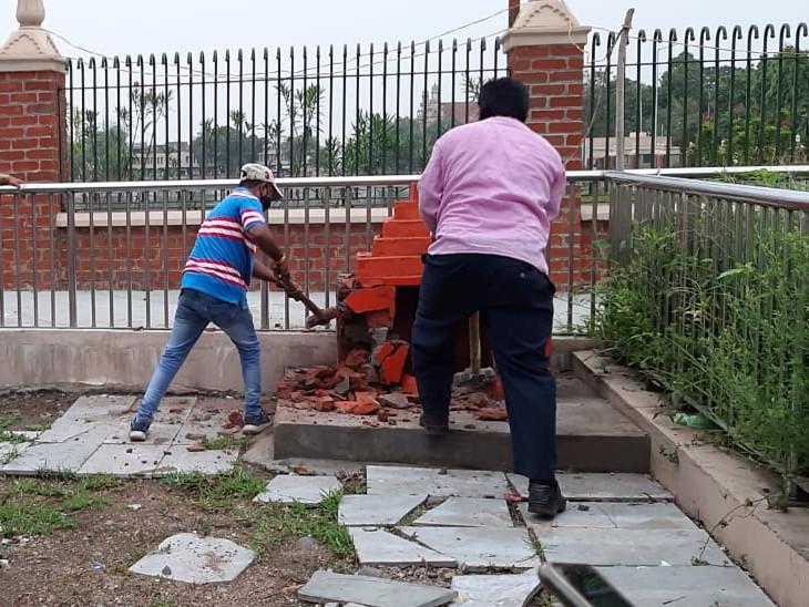 પાલિકાએ બે સ્થળોએ મંદિરનું સ્ટ્રક્ટર અને દેરી તોડી પાડતા ભક્તોમાં રોષ જોવા મળ્યો - Divya Bhaskar