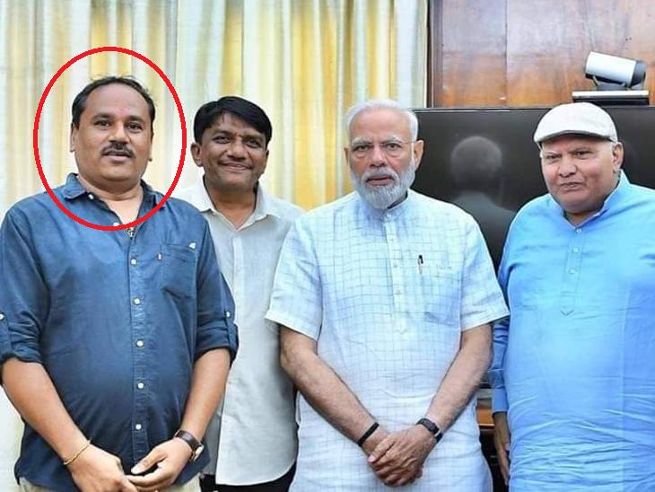 PM મોદીની ડાબી તરફ ગોંડલ ભાજપના નેતા પ્રફુલભાઇ ઉર્ફે બાવભાઇ ટોળીયા(ફાઈલ તસ્વીર) - Divya Bhaskar