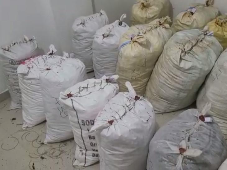 પોલીસને રેડ દરમિયાન સવા કરોડની અંદાજે કિંમતનો 1142.74 કિલો ગાજો મળી આવ્યો હતો