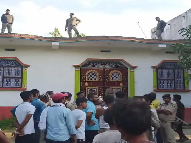 આરોપીના ઘરના દરવાજા પર લોકો એકત્રિત થયા હતા અને છત પર પોલીસ ગોઠવવામાં આવી હતી