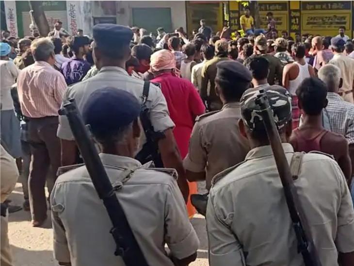 છોકરીના ઘરની સામે ભારે વિવાદ કર્યાં બાદ 6 પોલીસ સ્ટેશનની પોલીસ પહોંચી હતી