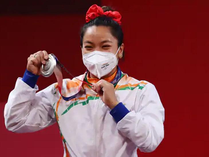 સિલ્વર મેડલ સાથે મીરાબાઈ. 210 કિલો વજન ઉઠાવીને ચીની હોઉ જિહૂઈએ ગોલ્ડ મેડલ જીત્યો હતો.