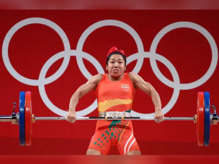 ફાઇનલ ઇવેન્ટ દરમિયાન મીરાબાઈ ચાનૂ. મહિલાઓની 49 કિલોગ્રામ વેઇટ કેટેગરીમાં કુલ 202 કિગ્રા વજન ઉઠાવ્યું હતું.