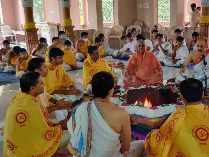 ગુરૂપૂર્ણિમાના પુનિત પર્વે સ્વામિનારાયણ ગુરુકુલ દર્શનમ સંસ્કૃત વિદ્યાલયના ઋષિકુમારો દ્વારા વ્યાસ ભગવાનનું પૂજન કરાયુ|અમદાવાદ,Ahmedabad - Divya Bhaskar