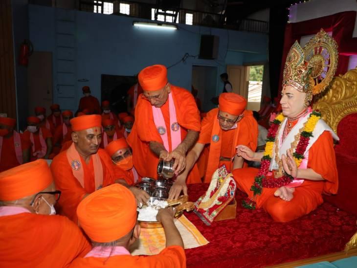 મણિનગર સ્વામિનારાયણ મંદિરમાં ગુરૂપૂર્ણિમાની ઉજવણી કરવામાં આવી, કોરોના મહામારી દુર થાય તેવી પ્રાર્થના કરાઈ|અમદાવાદ,Ahmedabad - Divya Bhaskar