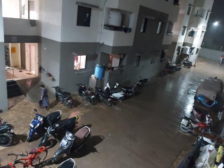 પૂર્વ કચ્છ અને નખત્રાણા પંથકમાં રાત્રે ઝાપટાં વરસ્યા, બે દિવસ હળવા-મધ્યમ વરસાદની આગાહી|ભુજ (કચ્છ),Bhuj (Kutch) - Divya Bhaskar