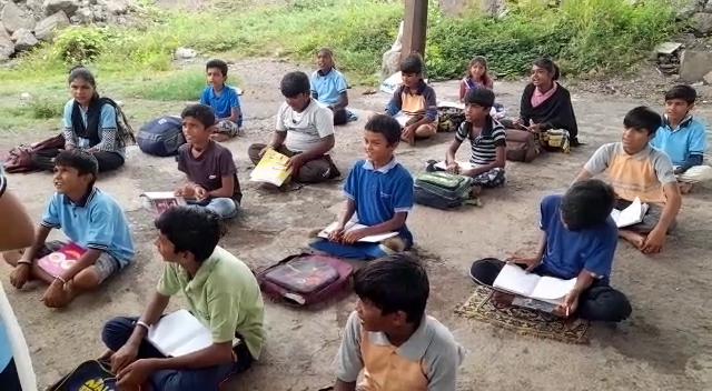 ઝૂંપડપટ્ટીના બાળકોને જ્ઞાન અને કૌશલ્ય રૂપી શિક્ષણ પૂરું પાડવામાં આવે છે