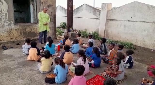 રાજકોટના આ શિક્ષક ઝૂંપડપટ્ટીમાં રહેતા બાળકોને વિનામૂલ્યે શિક્ષણ આપે છે, 570 ગરીબ બાળકોનું ભણતર સાથે ઘડતર કરવામાં આવે છે|રાજકોટ,Rajkot - Divya Bhaskar