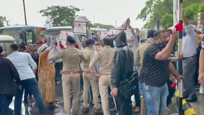 રાજકોટમાં ધોધમાર વરસાદ વચ્ચે પેટ્રોલ-ડિઝલમાં ભાવ વધારા મુદ્દે 'આપ'નો વિરોધ, પોલીસે ટીંગાટોળી કરી કાર્યકરોની અટકાયત કરી|રાજકોટ,Rajkot - Divya Bhaskar