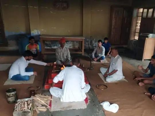 ભારતીય શૂટર દિવ્યાંશ સિંહ પંવારના ઘરે તેની સફળતા માટે હવન કરવામાં આવ્યો હતો.