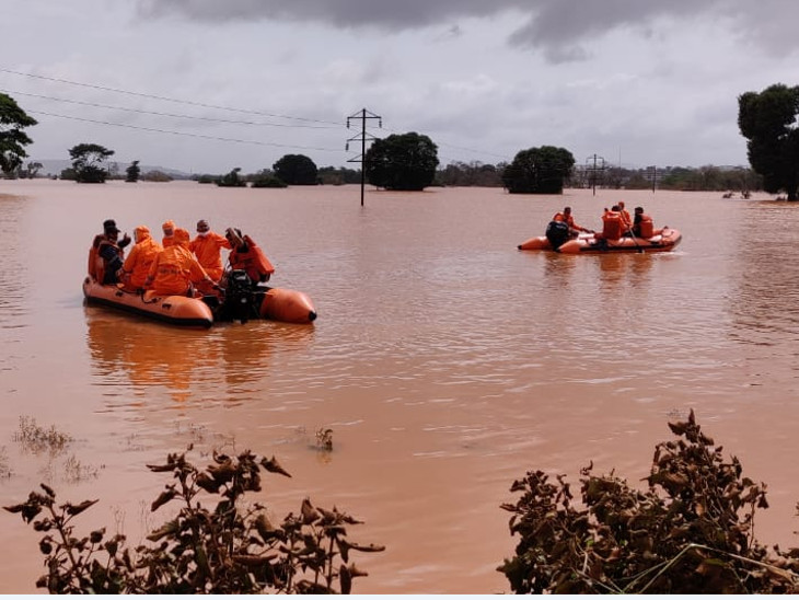 NDRFની ટીમે એક સગર્ભા સહિત બે મહિલા, બે વૃદ્ધ દંપતી, બે બાળકો અને એક યુવાનને બચાવ્યા