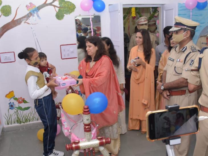 તાલીમાર્થીઓના બાળકોને તબીબી સારવાર, પોષણક્ષમ આહાર અને રમકડાં, ઘોડીયા સહિત ઘર જેવું વાતાવરણ મળી રહેશે - Divya Bhaskar