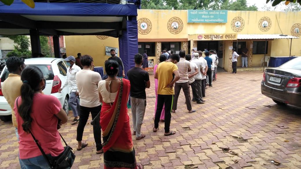 કોરોનાની સંભવિત ત્રીજી લહેર સામે સુરક્ષિત થવા ગાંધીનગરમાં વેક્સિન લેવા લાંબી કતારો લાગી|ગાંધીનગર,Gandhinagar - Divya Bhaskar