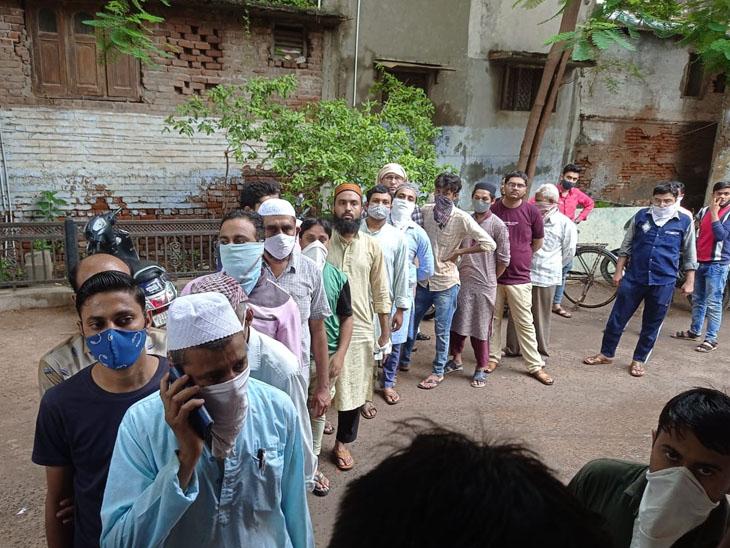ધોળકામાં કોરોનાની રસી લેવા માટે વેપારીઓ ઉમટી પડ્યા|ધોળકા,Dholka - Divya Bhaskar