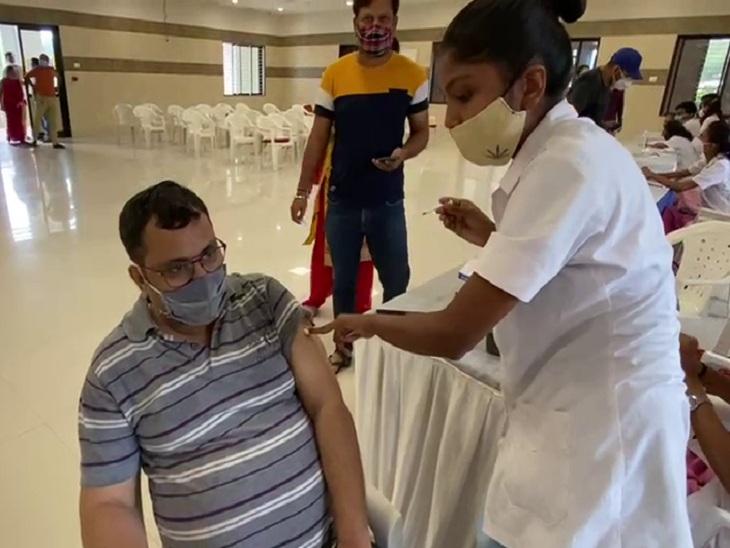 રાજ્યભરમાં આજે રવિવારે પણ વેક્સિનેશન ચાલુ, અમદાવાદમાં લાઇન અને ભીડ વિના લોકોએ વેક્સિન લીધી અમદાવાદ,Ahmedabad - Divya Bhaskar