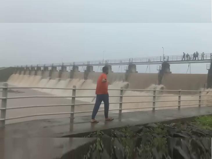 ધોરાજીના મોટીમારડ ગામે ધોધમાર વરસાદ પડતા ચેકડેમ તૂટયો,ન્યારી-1 ડેમની સપાટી 18.20 ફૂટ પર પહોંચી,સૌની યોજનાનું પાણી બંધ કરાયું|રાજકોટ,Rajkot - Divya Bhaskar