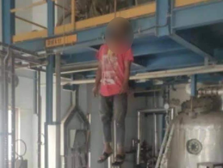 વડોદરા નજીક GSFC કંપનીમાં કોન્ટ્રાક્ટના કર્મચારીએ પ્લાન્ટમાં ગળે ફાંસો ખાઇને આપઘાત કર્યો, કંપનીમાં જવા ન દેતા પરિવારજનોમાં રોષ વડોદરા,Vadodara - Divya Bhaskar