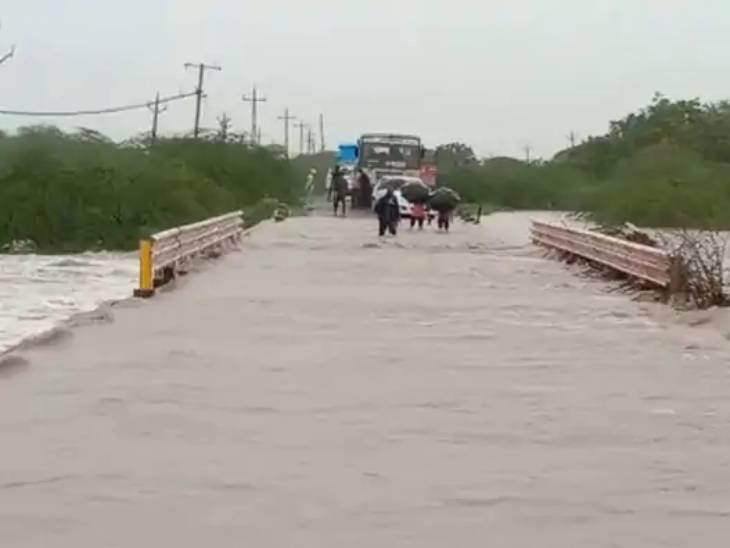 ગુજરાતમાં વરસાદને કારણે 56 રસ્તા બંધ, પંચાયત હસ્તકના 54,વલસાડ જિલ્લામાં 30, જામનગરમાં એક સ્ટેટ હાઈવે બંધ|અમદાવાદ,Ahmedabad - Divya Bhaskar