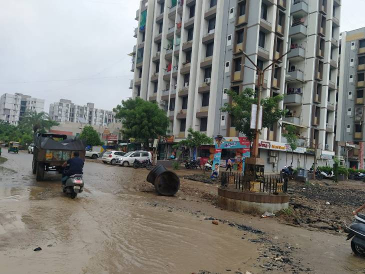સ્માર્ટ સિટી કહેવાતા અમદાવાદમાં ખાડા રાજ, શહેરમાં ડ્રેનેજ અને રોડના અધુરા કામથી લોકોને હેરાનગતિ|અમદાવાદ,Ahmedabad - Divya Bhaskar