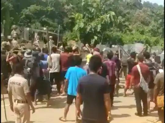 સોમવારે વિવાદ બાદ આસામ-મિઝોરમ બોર્ડર પર લાકડીઓ અને પથ્થરો સાથે લોકો એકત્ર થઇ ગયા હતા.