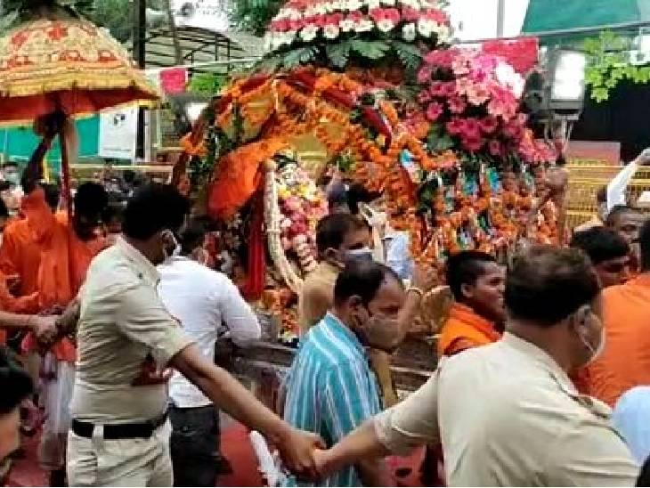 મહાકાલ મંદિર પહોંચી; સાંજે 7 વાગ્યાથી 2 કલાક માટે દર્શન ખુલ્યા, દર્શન માટે સવાર થઈ અફરાતફરી|ઈન્ડિયા,National - Divya Bhaskar