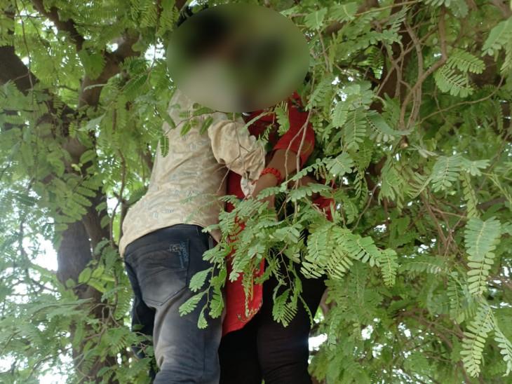 પંચમહાલ જિલ્લાના ઘોઘંબા તાલુકાના ખરોડ ગામના સગીર પ્રેમી અને પ્રેમિકાએ ઝાડ પર એકસાથે ગળે ફાંસો ખાઇને આપઘાત કર્યો હતો