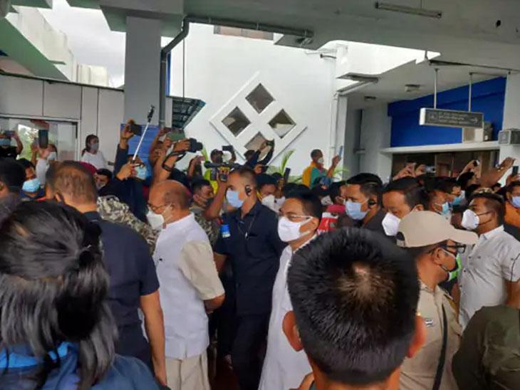 મીરાબાઇને આવકારવા હજારો લોકો એરપોર્ટ પર ઉપસ્થિત રહ્યા હતા.