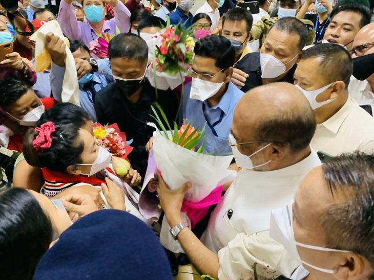 મીરાબાઈ ઈમ્ફાલમાં માતાને ભેટીને રડી પડી, એરપોર્ટ પર મણિપુરના CM પણ રિસીવ કરવા પહોંચ્યા પર્ફોર્મન્સ (ભારત),India Performance - Divya Bhaskar